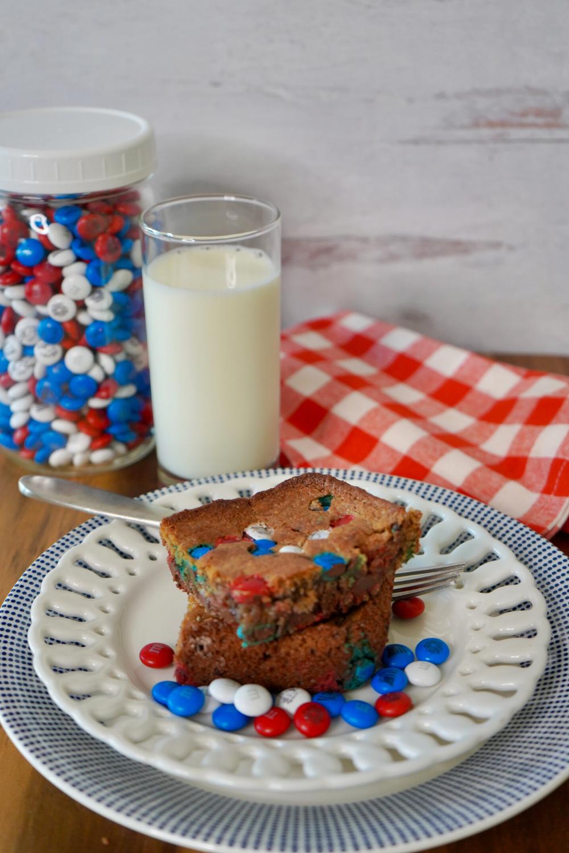 Patriotic Patriotic Blondie Brownie with cold milk